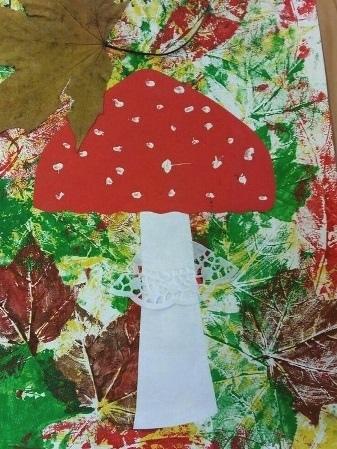 Поделка с отпечатками осенних листьев Такую аппликацию гриба на фоне отпечатков осенних листьев можно сделать с детьми 5-7 или с младшими школьниками.На белом листе основе делаем аккуратные