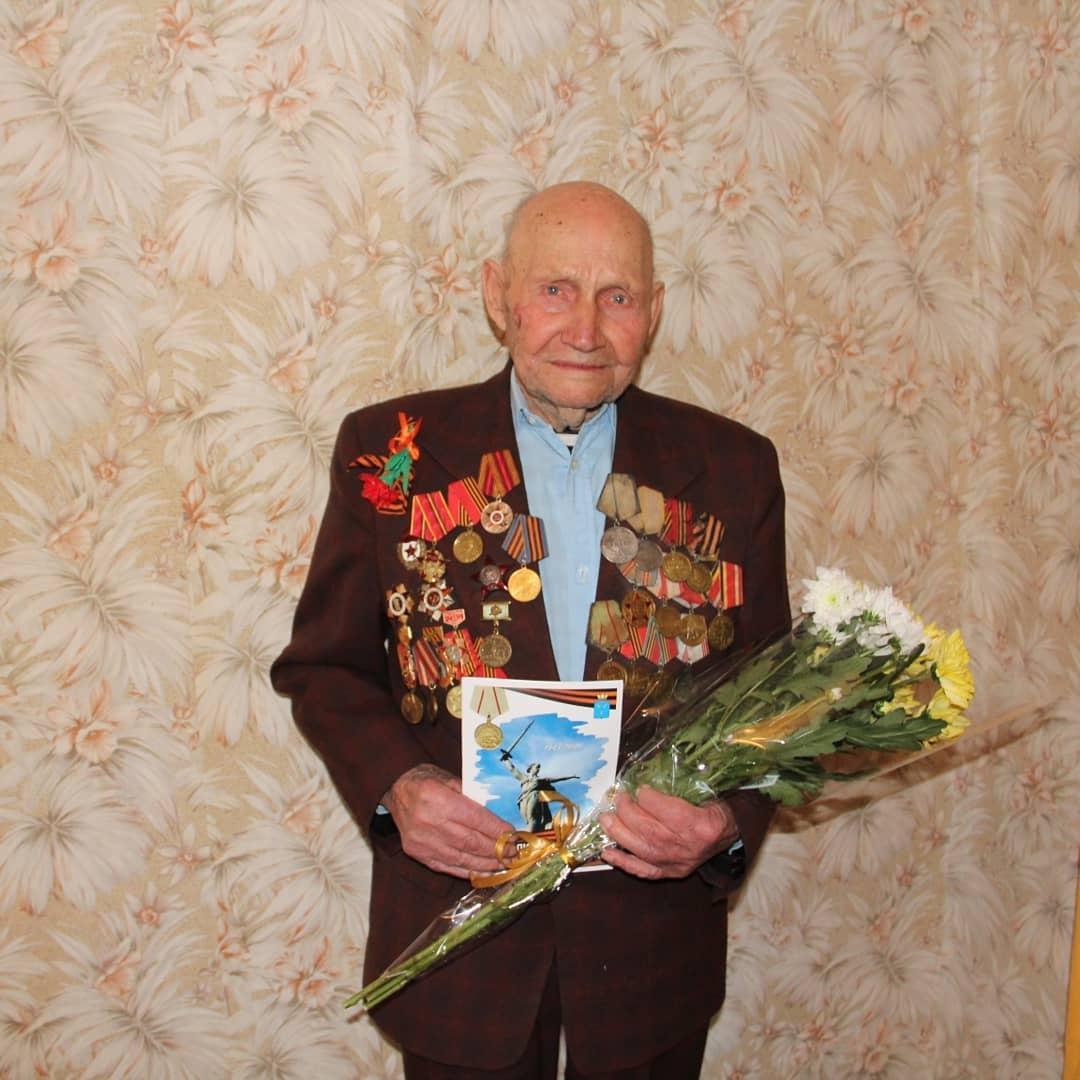 Сегодня уроженца села Асмётовка - участника Великой Отечественной войны Василия Фёдоровича АПАЛИНА, проживающего в Петровске, поздравили с 77-й годовщиной окончания одного из крупнейших сраже