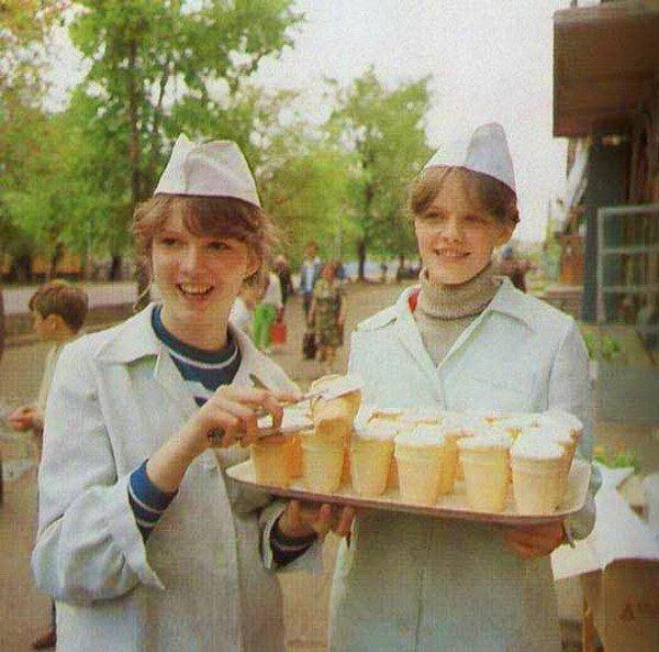 Домашнее мороженое, вкус советского пломбира. Ингредиенты:- сахар 2 стакана- молоко 1 л- масло сливочное 100 г- крахмал 1 ч.л.- желтки яичные 5 шт.Приготовление:1. Сливочное масло опускаем в