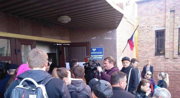 Жители ДНР выстроились в огромную очередь, чтобы получить российское гражданство Утро 3 мая для многих жителей Донецка прошло в огромной очереди у здания миграционной службы. А всё почему В