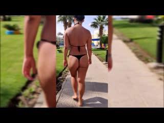Жопастая шлюшка-жена ходит на территории отеля