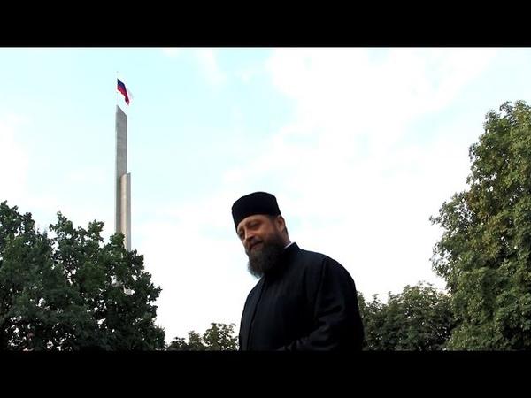 ЧТОБЫ РУССКИЙ ДУХ НЕ ПОТУХ – иеродиакон Феофил спел при поднятии триколора в Донецке