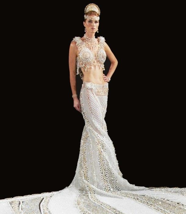 Самое большое в мире свадебное платье из страз.