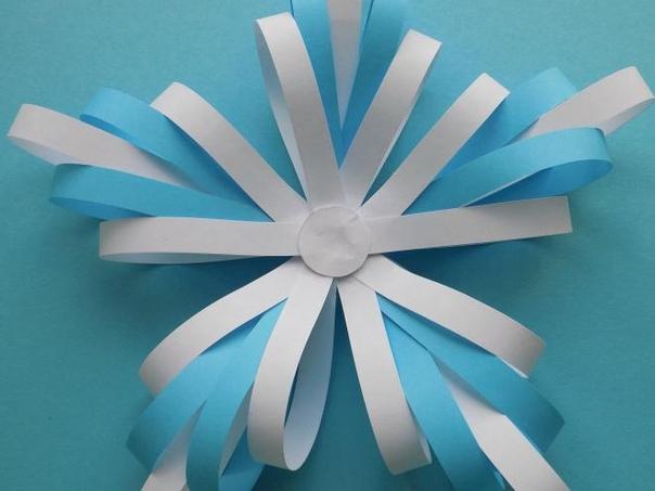 СНЕЖИНКИ СВОИМИ РУКАМИ. Одной из детских зимних радостей можно назвать изготовление новогодних поделок. А среди них почетное место занимают снежинки их вырезают из салфеток и бумаги, лепят из