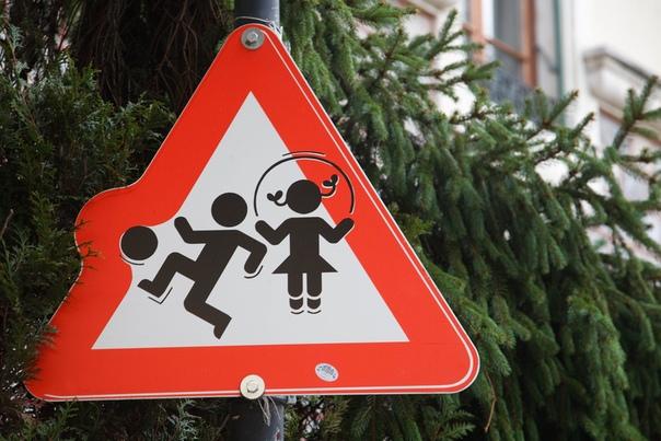 Бегу кабанчиком по парку, на дорожке играет девочка, рядом родители. Папа: «Катя, отойди, а то тебя дядя собьет.» Мама: «Катя, играйся, дядя оббежит, у него ножки есть». Папа учит ребенка не