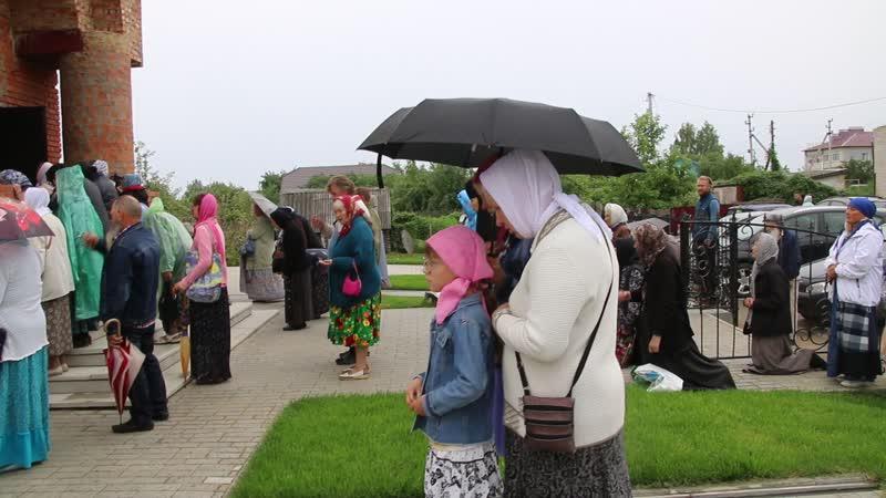 Верующие молятся у Царского храма с Дивеево 17 07 2019