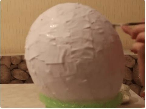 Бoльшой киндер-сюрприз мacтер класс Необходимо: Один воздушный шарик Бумажный материал (много) газеты, обыкновенная бумага формата А4, папиросная Клей ПВА Крахмал для приготовления клейстера