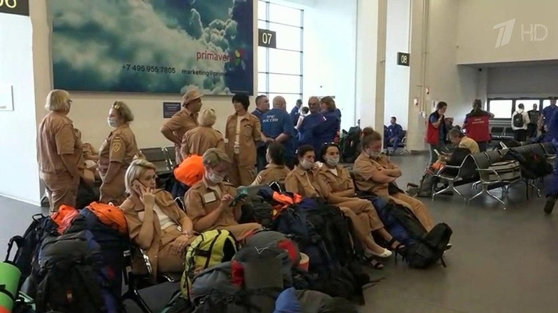 Первые транспортные самолеты МЧС сгуманитарной помощью спасателями иврачами вылетели вЛиван Новости Первый канал