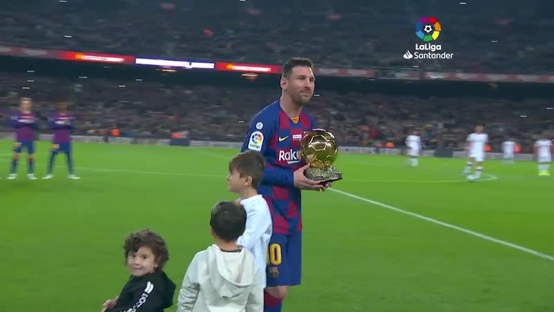Тьяго Чиро и Матео вручили Лионелю его шестой Золотой мяч под аплодисменты Камп Ноу