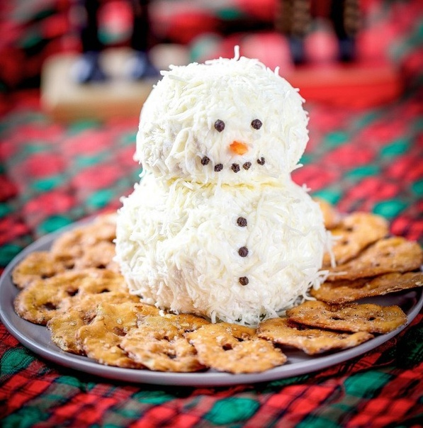 НОВОГОДНИЕ РЕЦЕПТЫ ДЛЯ ДЕТЕЙ Забавный сырный снеговик послужит оригинальным украшением любого новогоднего стола. Делать его очень просто, справится даже ребенок. Для приготовления сырного