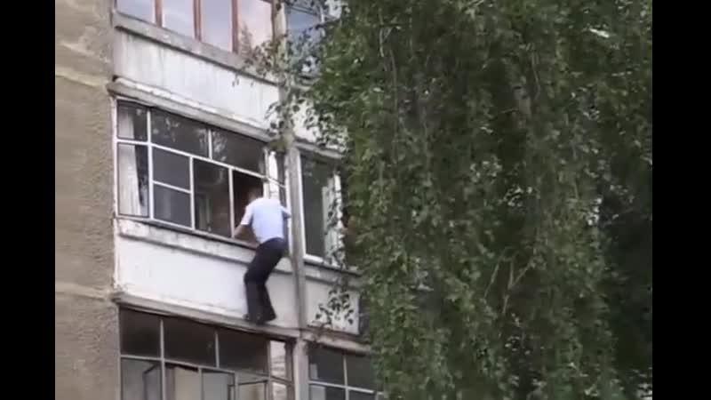 Пьяный мужчина чуть не выкинул ребенка из окна