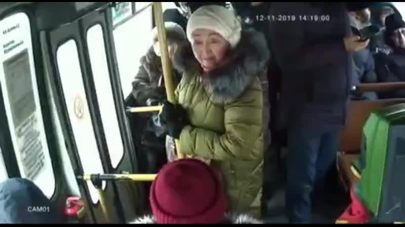 Полное видео конфликта в автобусе между пассажиром в красной куртке и водителем автобуса №5. Якутск