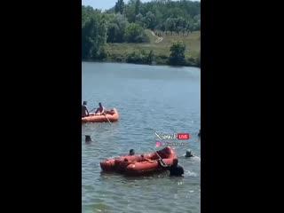 Под Харьковом во время учений военный вертолет пролетел так низко над водоемом, что опрокинул лодку