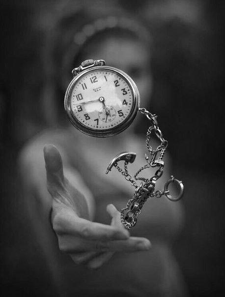 Все смотрят на время, но время ни на кого не смотрит.