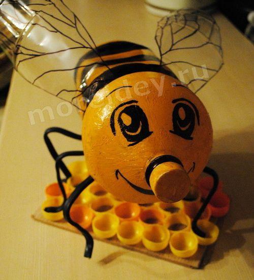 Пчелка из пластиковых бутылок Для изготовления этой поделки понадобятся: две прозрачные пластиковые бутылки, кабель (провод) черного цвета, краска для наружных работ желтого цвета, черный
