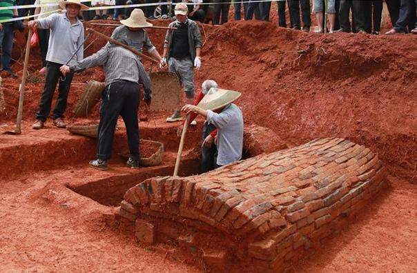 В Китае нашли гробницу с «мостом в загробный мир» Он поддерживал семейные узы после смерти супругов. В деревне Наньфентан (Китай) археологи нашли гробницу с двумя погребальными камерами и