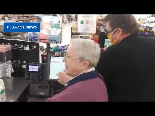 Idosos sem máscaras são impedidos de pagar suas compras por funcionário em supermercado nos EUA