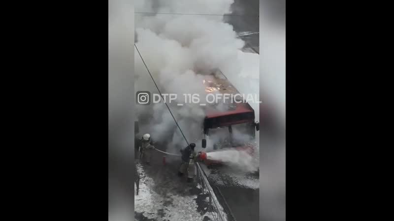 В центре Казани сгорел автобус