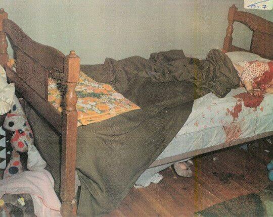 Фотография с места убийства двухлетней Кристен Макдональд Кристен была забита до смерти своим отцом, Джеффри, который зверски убил всю семью и хотел замаскировать преступление под нападение