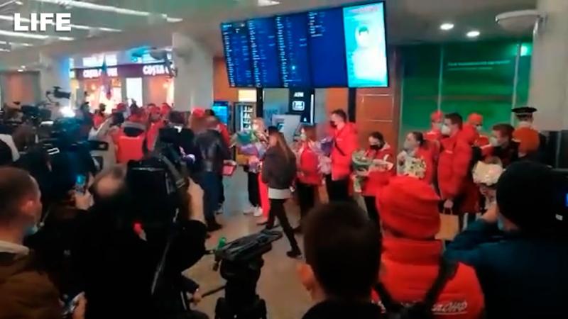 Российских фигуристов встретили под гимн страны после возвращения с чемпионата мира