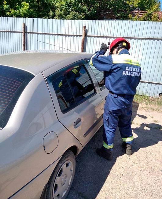 В Ижевске спасатели освободили из запертой машины