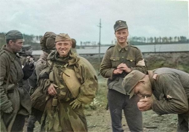 1944 год. Советские и финские бойцы курят на линии...