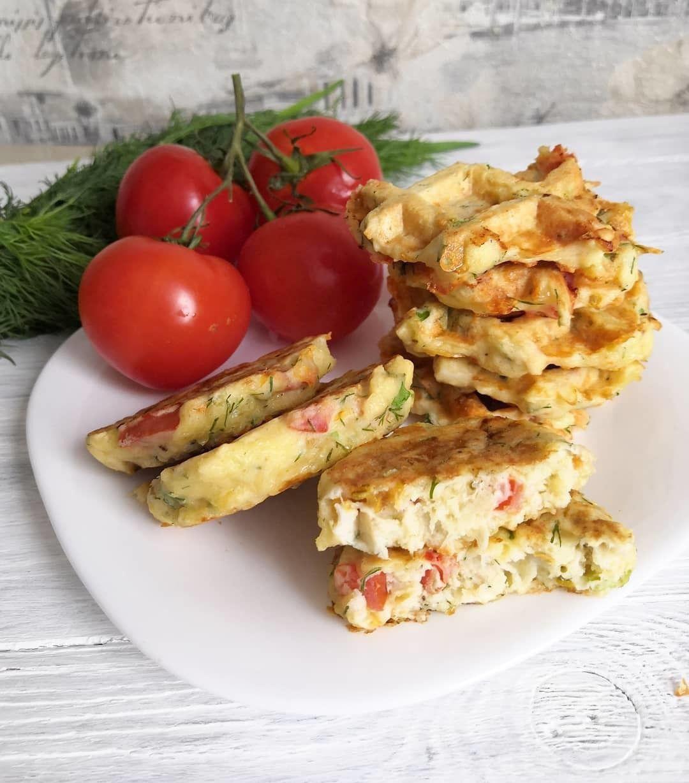 Вафли с курочкой, сыром и помидорами