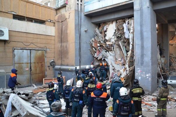 Еще несколько тел обнаружили под плитами в Магнитогорске. Поисковые работы не прекращаются. Спасатели