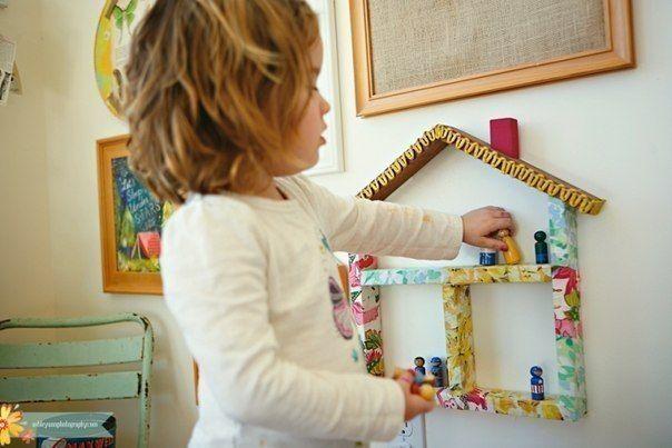 КУКОЛЬНЫЙ ДОМИК НА СТЕНЕ Весьма интересное решение - кукольный домик на стене. Причем домик для особенно маленьких человечков - лего или самодельных человечков из деревянных прищепок. Домик