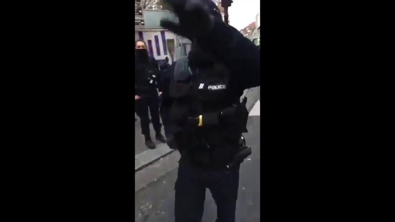 Paris Les Gilets Jaunes démasquent les policiers déguisés en casseurs