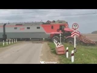 Поезд врезался в трактор
