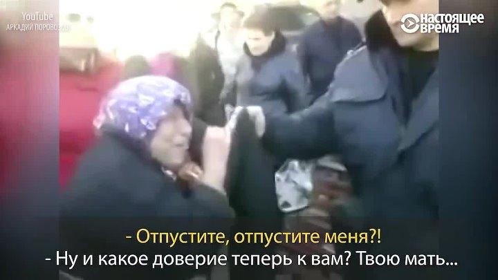 Посмотрите с какой серьезностью московская полиция задерживает бабушку за нелегальную продажу ягод А ведь Медведев говорит что подорожание жизни дело понятное