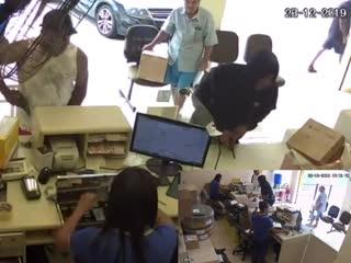 Потрачено: Полицейский не при исполнении наказывает бандита. Опасная Бразилия