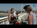 Мужчины в тельняшках на мосту Влюбленных дарили тюменкам розы и медицинские маски