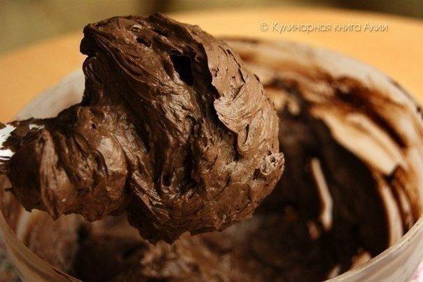 КОРОЛЕВСКИЙ ШОКОЛАДНЫЙ ТОРТ НУЖНО:Для бисквита:яйца 5 шт.сахар 125 гр.мука 125 гр.какао 1 ст.л.Для крема:сгущенное молоко вареное 200 гр.масло сливочное 200 гр.какао 50 гр.масло растительное 10
