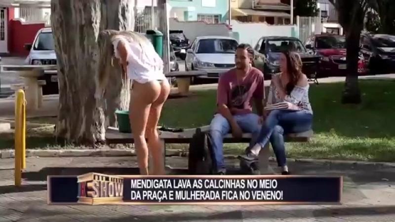 Com_bumbum_de_fora,_mendiga_lava_as_calcinhas_no_meio_da_rua