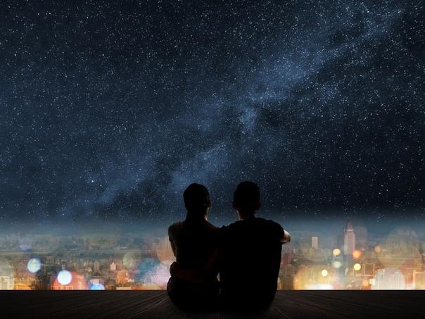 «Второй игрок» Они лежали на балконе и смотрели на бесконечное звездное небо, светло-фиолетовое в центре и ближе к черному цвету по краям. Он курил сигарету, а она прижималась к его плечу и