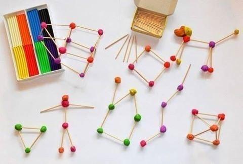 КОНСТРУКТОР СВОИМИ РУКАМИ Материал:- пластилин (подойдет уже ранее использованный, в котором намешаны разные цвета)- зубочисткиХод работы:Всё очень просто - катаем шарики и скрепляем их