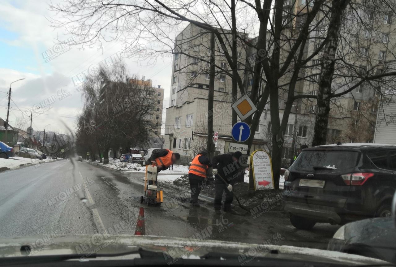 Курские дорожники залатали асфальт по лужам